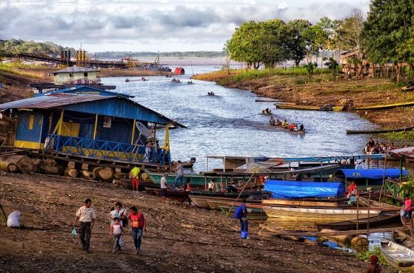 Pequeño embarcadero sobre una de las vertientes del río Amazonas