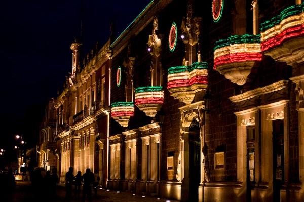 Vista nocturna del Palacio de Gobierno de Aguascalientes