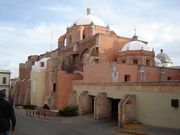 Contempla la arquitectura de la ciudad de Zacatecas